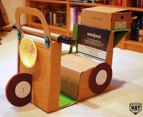 una moto de cartón