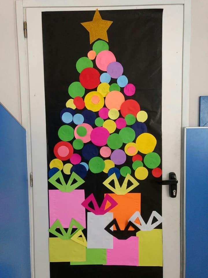 Puertas navide as para el sal n diario educaci n for Puertas decoradas arbol de navidad